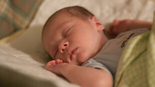 Un bébé en train de dormir.