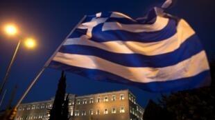 Après le vote par le Parlement grec de deux premiers trains de réformes, Athènes attend un nouveau plan d'aide.