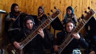 """سنّ ٣۵ دخترِ موزیسین افغان که در ارکستر موسیقی کلاسیک زنانه """"زهره"""" مینوازند، بین ١٢ تا ٢۱ سال است"""
