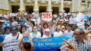 Người dân tham gia biểu tình ôn hòa trước Nhà Hát Lớn tại Hà Nội, 01/05/2016.