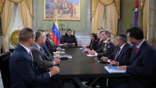 جلسه نیکلاس مادورو، رئیس جمهوری ونزوئلا با وزرا و دیگر مقامات ونزوئلا در قصر ریاست جمهوری در کاراکاس. اول آوریل ٢٠۱٧