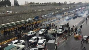 Des automobilistes arrêtent leurs véhicules sur l'autoroute le 16 novembre 2019, à Téhéran pour protester contre la hausse des prix de l'essence.