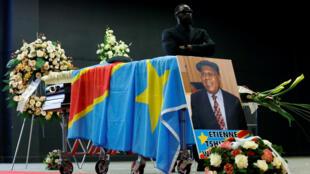 Le cercueil d'Étienne Tshisekedi sous bonne garde à Bruxelles, le 5 janvier 2017.