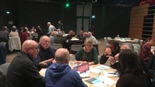Discussion de citoyens autour des thèmes du Grand débat à Andresy, le 19 février 2019.