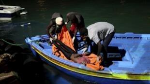 Des garde-côtes libyens débarquent le corps d'une des victimes du naufrage d'un navire transportant des migrants. (Photo d'illustration).