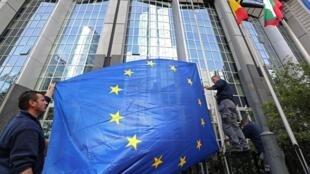 Lá cờ của Liên Hiệp Châu Âu trước trụ sở Ủy Ban Châu Âu.