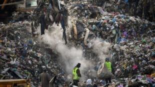 Des travailleurs trient les ordures à la décharge de Pata-Rat, près de la ville de Cluj-Napoca, le 7 février 2019.