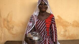 Hamoudia s'est mariée, il y a 10 ans. Elle nous montre les assiettes qu'elle a reçues et qui ont composé sa dot.