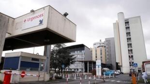 L'entrée principale de l'hôpital de Creil où des personnes testées positives pour le coronavirus ont été traitées, le 27 février 2020