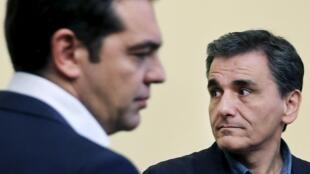 Le Premier ministre grec Alexis Tsipras (de dos) et son nouveau ministre des Finances Euclide Tsakalotos, le 6 juillet, à Athènes.