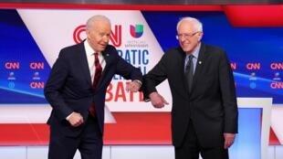 美國民主黨初選候選人拜登Joe Biden (左)桑德斯Bernie Sanders 辯論前互致敬意2020年3月15日