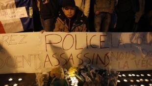 28日晚又有好几百人在巴黎19区警局外举行集会悼念警察枪杀的华人 (2017年3月28日)