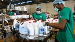 Les employés dans l'usine de Cormart alors que l'entreprise nigériane accélère la production de désinfectants pour les mains pour prévenir la propagation du Covid-19, dans la banlieue de Lagos, le 19 mars 2020.