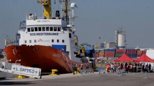 Tàu Aquarius, được SOS-Méditerranée và MSF thuê, chở 630 di dân cập bến ở Tây Ban Nha ngày 17/06/2019.