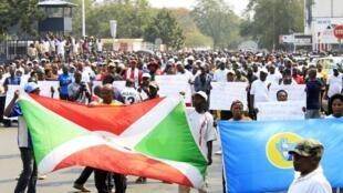 Manifestação organizada pelo poder burundês contra a França e uma resolução da ONU, 30 de Julho de 2016.