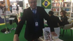 Michel Chandeigne, proprietário da Livraria Brasileira e Portuguesa na capital francesa