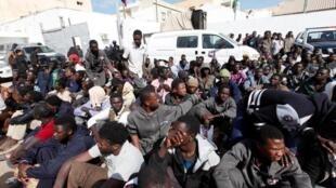 Migrantes num centro de detenção em Tripoli.