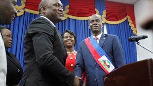 Após receber a faixa presidencial, Jovenel Moise aperta a mão de Youri Latortue, presidente do Parlamento