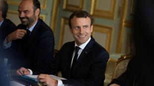 O presidente francês, Emmanuel Macron, e o primeiro-ministro Edouard Philippe (à esquerda).