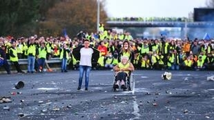 """The """"gilets jaunes"""" block the A10 motorway in the Virsac commune near Bordeaux, Sunday 18 November"""