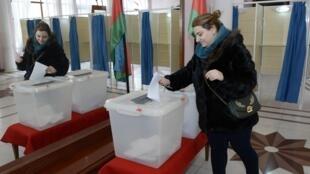 На одном из избирательных участков в Баку. 9 февраля 2020 г.