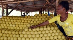 Une femme travaille dans un atelier de fabrication de savon à Divo. (image d'illustration)