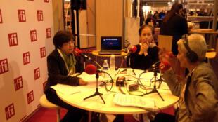 Tiến sĩ Lê Thị Xuyến (trái), Trưởng ban Việt học tại Đại học Paris 7 trong studio của RFI Việt ngữ tại Expolangue 2014, ngày 6/2/2014.