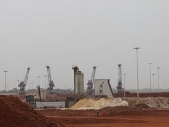 RFI/Coralie Pierret |Au port de Katougouma, la bauxite, le minerai rouge, est exploitée par l'entreprise guinéo-chinoise, la SMB, la société minière de Boké et exportée direction la Chine par bateaux.