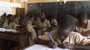 Des écoliers, dans une salle de classe au Bénin.