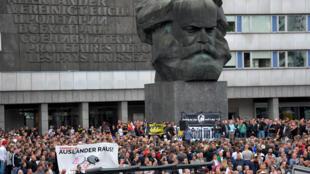 """""""Estrangeiros fora"""", diz a faixa exibida pelos neonazistas em Chemnitz."""