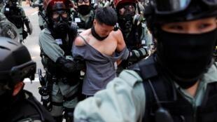 香港警察周一抓捕示威者資料圖片