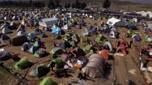 Vue générale du camp de fortune de migrants, près du village d'Idomeni en Grèce, le 5 mars 2016. Quelque 13.000 migrants s'entassaient samedi à la frontière entre la Grèce et la Macédoine dans des conditions d'hygiène déplorables.