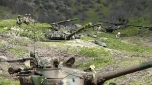 Армия обороны непризнанного Нагорного Карабаха возле деревни Матагис, 6 апреля 2016 г.
