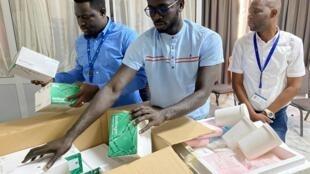 Institut Pasteur de Dakar, 28 février 2020. Les tests remis aux 17 laboratoires africains permettent de dépister une centaine de patients. Efficace, mais coûteux : 2000 euros l'unité environ.