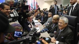 Reunidos em Viena, os ministros dos 12 paises exportadores de petróleo devem decidir se reduzem a produção mundial do produto para frear a queda dos preços.