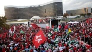 Apoiantes de Lula da Silva, numa manifestação frente do Tribunal Superior Eleitoral, a 15 de agosto de 2018