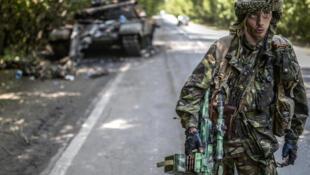 Um separatista pró-russo ao norte da cidade de Donetsk, bastião da insurgência.