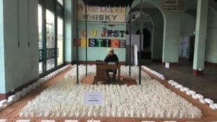 En Birmanie, l'artiste Htein Lin dénonce le manque de justice avec son oeuvre représentant une prison.