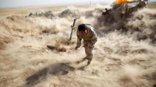 Soldado do Curdistão joga morteiro contra combatentes do Estado Islâmico perto de Mossul. 15 de setembro de 2014.