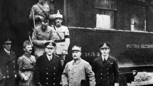 Tướng Foch (thứ ba từ trái sang phải) trước khi ký Hòa Ước 11/11/1918.