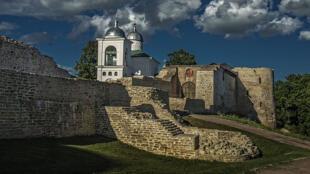 Отреставрированная Изборская крепость
