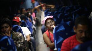 Một đoàn di dân từ Trung Mỹ sang Hoa Kỳ. Ảnh chụp trong xe buýt trước khi lên đường từ Mêhicô ngày 23/04/2018.