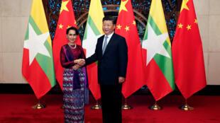 Chủ tịch Trung Quốc Tập Cận Bình (Xi Jinping - P) tiếp bà Aung San Suu Kyi, Bắc Kinh, ngày 19/08/2016