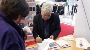 Писатель Евгений Водолазкин подписывает книги на парижской книжной ярмарке