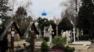 """Вид на """"русское кладбище"""" и церковь в Сент-Женевьев-де-Буа"""