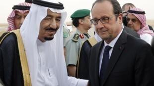 François Hollande na chegada em Riyad, segunda-feira 4 de maio de 2015, foi recebido pelo rei Salman d'Arabia Saudita.