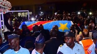 Le cercueil drapé du drapeau qui contient le corps d'Étienne Tshisekedi, figure de l'opposition décédée en Belgique il y a deux ans, arrive à l'aéroport international Ndjili de Kinshasa, en République démocratique du Congo, le 30 mai 2019.
