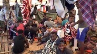Imagem divulgada pela organização espanhola Open Arms mostra o interior do barco que está próximo à ilha italiana de Lampedusa, levando migrantes que saíram da África.