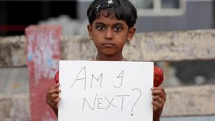 """Menina em Mumbai durante protesto contra o estupro de crianças pergunta: """"Eu serei a próxima?"""""""