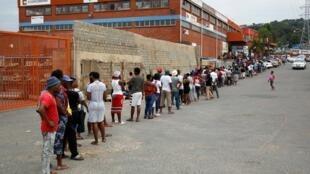 A l'entrée d'un supermarché dans le township d'Umlazi, près de Durban, en Afrique du Sud. Le 31 mars 2020.